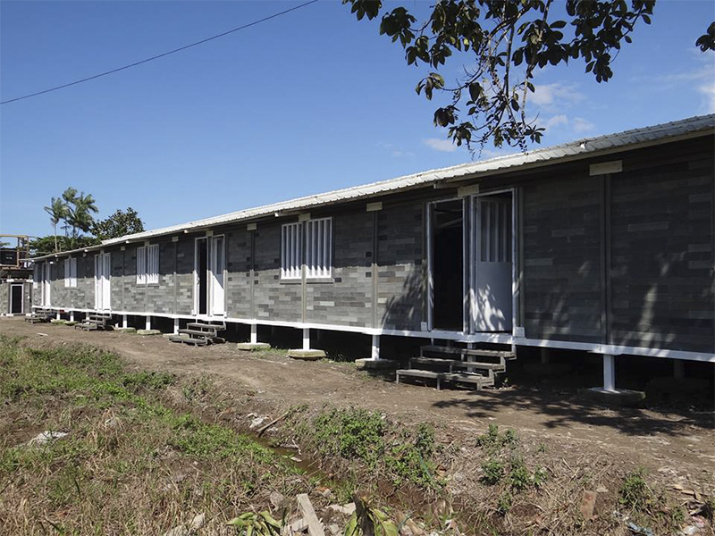 Arquiteto colombiano constrói casas com plástico e borracha reciclados