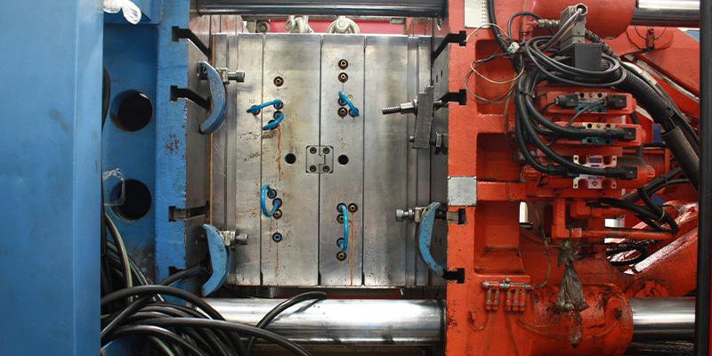 A importância da prensa de fechamento na injeção de termoplástico